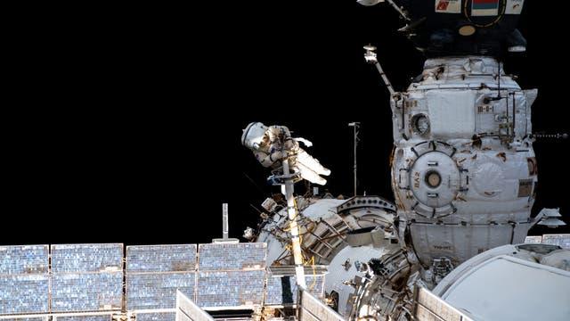 Kosmonaut Pyotr Dubrov bereitet das Ende von ISS-Modul Pirs vor. Ersetzt werden soll es vom Mehrzweck-Teil Nauka.
