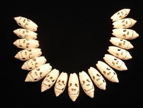 Schädelkette aus geschnitzten Muscheln