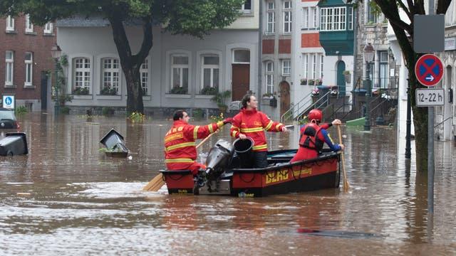 Ein Boot der Deutschen Lebens-Rettungs-Gesellschaft (DLRG) ist bei Hochwasser in Kornelimünster