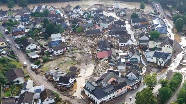 Luftbild der Trümmer in Schuld bei Adenau. Dort nahm nach schweren Unwettern der Fluss Ahr vorübergehend Teile seiner früheren Flussaue in besitz. Sechs Häuser stürzten ein.