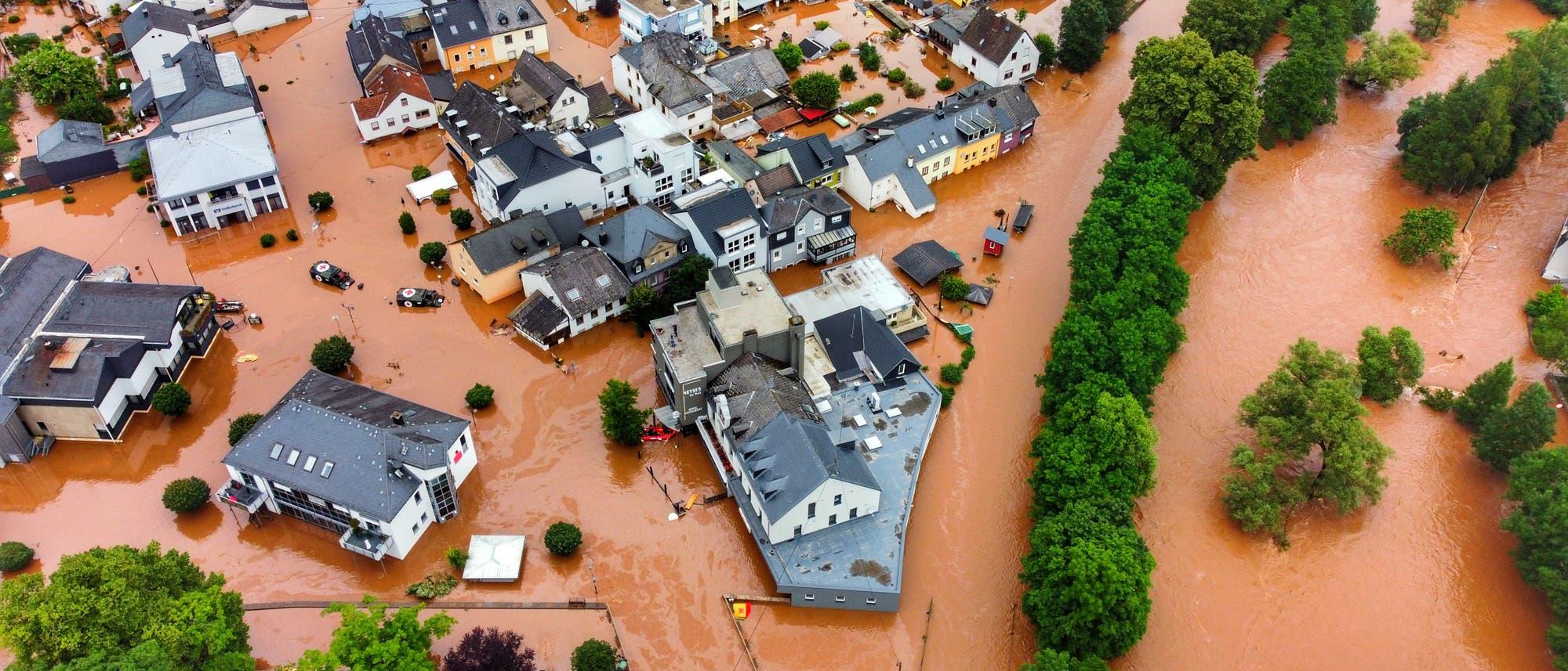 Luftbild eines ziemlich vollständig gefluteten Ortes. Ich weiß leider nicht, welcher es ist, weil das beim Agenturbild nicht dabei stand. Aber der Fluss heißt Kyll.