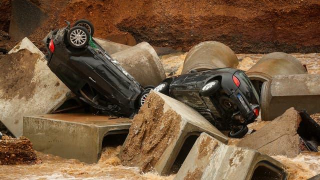 Autos nach Erdrutsch in Erftstadt-Blessem