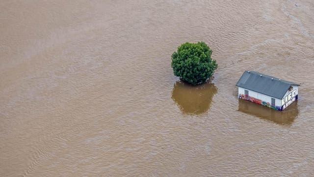 Ein überschwemmtes Feld mit Haus in Wetter (Ruhr)