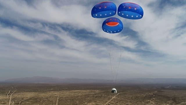 Das Archivbild vom 14. April 2021 zeigt die New Shepard Crew Capsule beim Abstieg aus dem Weltraum auf der Mission NS-15.