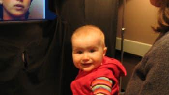 Abgelenktes Baby beim Beobachtungstest