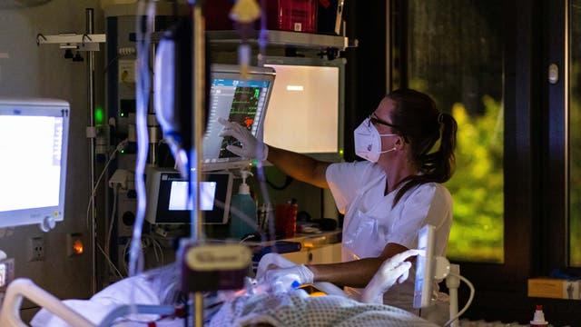 Die stellvertretende Stationsleiterin arbeitet nachts auf einer Intensivstation des Uniklinikums Freiburg.