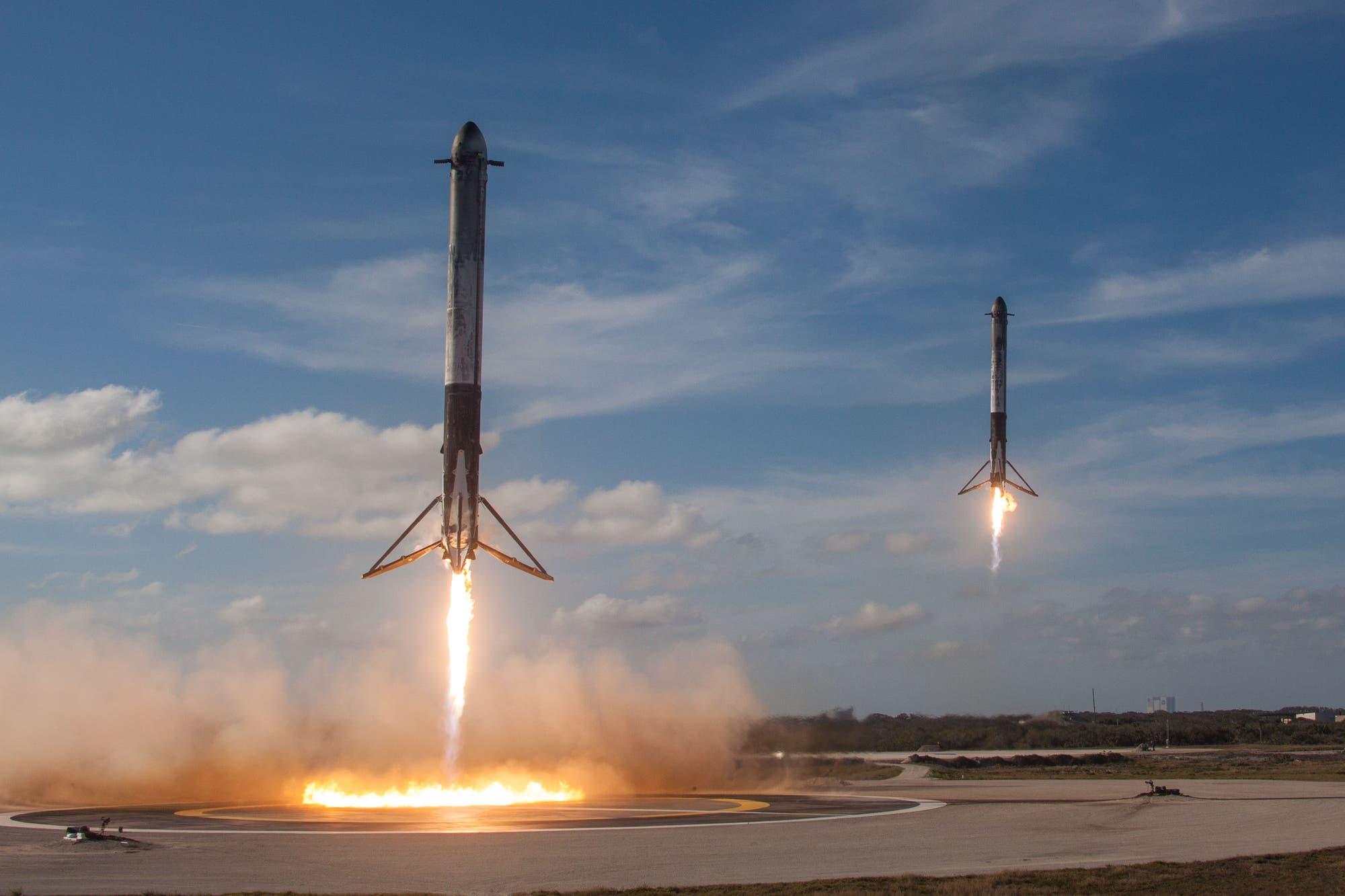 Synchronlandung der beiden Falcon Heavy Booster