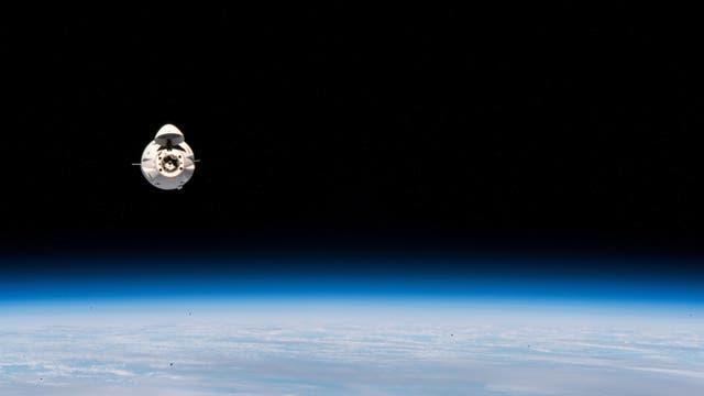 Eine Dragon-Kapsel nähert sich der Internationalen Raumstation