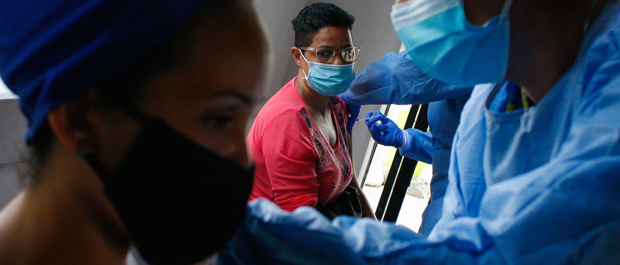 Eine Frau wird im Westen der Stadt Caracas, Venezuela, mit dem in China von Sinopharm hergestellten Präparat gegen Covid-19 geimpft.