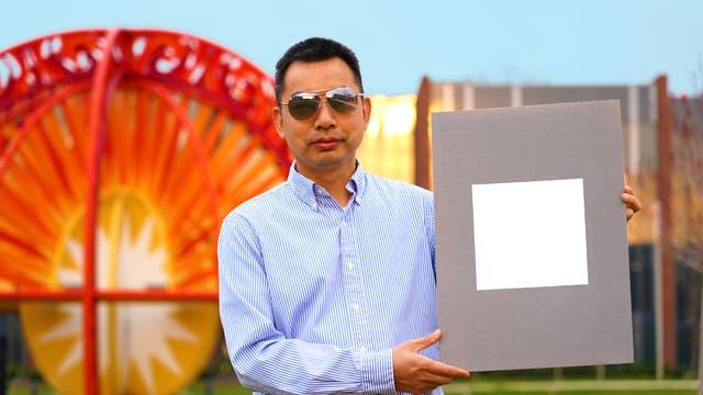 Teamleiter Xiulin Ruan mit seiner blendenden Erfindung