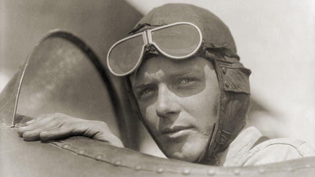Charles Lindbergh sitzt im Cockpit eines Flugzeugs, ca. 1928