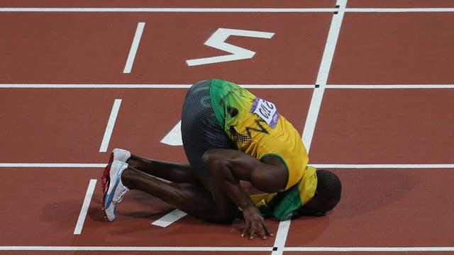 Usain Bolt küsst den Boden nach seinem Olympiasieg über 200 Meter in London 2012