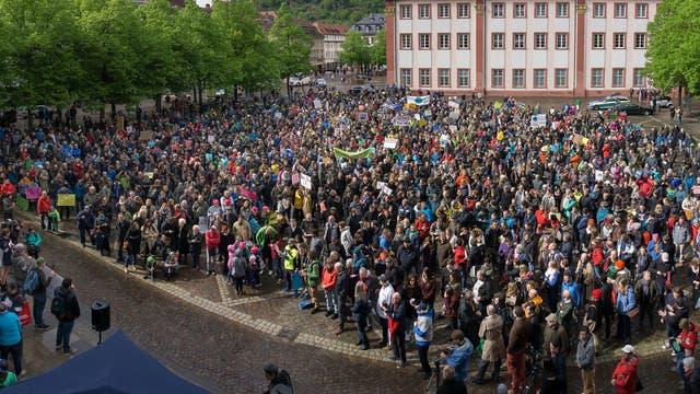 Bis zu 2000 Teilnehmer waren beim March for Science Heidelberg - hier bei der Abschlusskundgebung am Universitätsplatz.