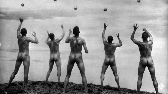 1925 kam der Film »Wege zu Kraft und Schönheit« in die deutschen Kinos. Thema: Sport als Gegenentwurf zum industrialisierten Stadtleben – im Bild Männer beim Kugelwerfen. Der trainierte Körper wurde damit zum Kultobjekt erhoben. Der Film gilt als Wegbereiter der nationalsozialistischen Körperästhetik.