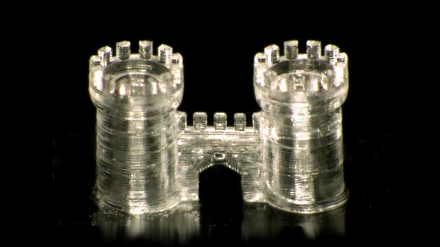 Ein Burgtor aus Glas. Leider ist kein Größenvergleich dabei, man kann aber vermutlich ausschließen, dass es in Originalgröße nachgebaut ist.