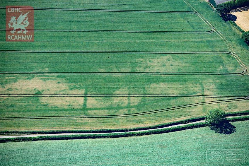 Die Umrisse eines kleinen römischen Lagers zeichnen sich in einem von Dürre geplagten Feld ab.