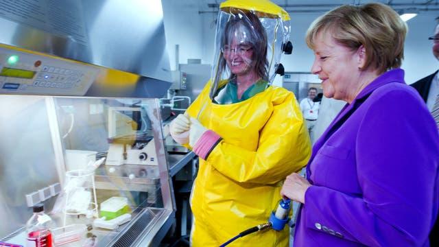 Angela Merkel in einem Forschungszentrum