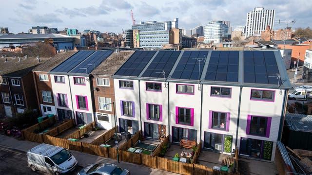 An diesen Reihenhäusern in Nottingham wurde 2019 eine der ersten seriellen Sanierungen à la Energiesprong in Großbritannien vorgenommen.