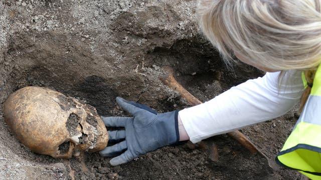 Die Osteologin Carolin Arcini mit dem Kopf des Bestatteten