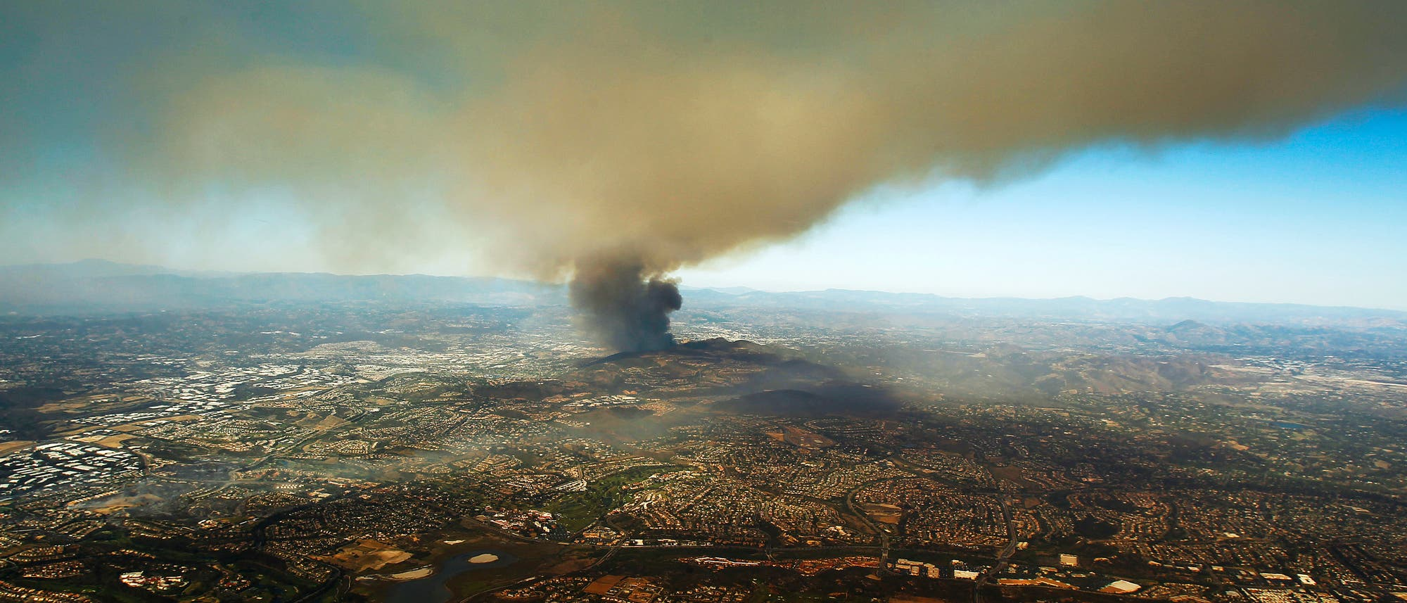 Ein Feuer brennt in den kalifornischen San Elijo Hills