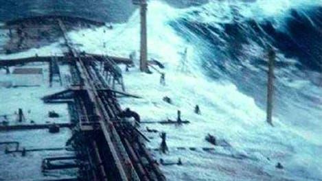 Monsterwelle schwappt über Tanker