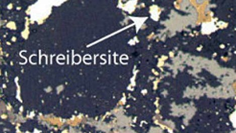 Schreibersit-Korn in Meteoritgestein (Bildbreite ist ein Millimeter)