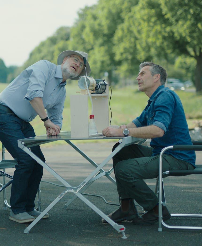 Harald Lesch und Dirk Steffens experimentieren