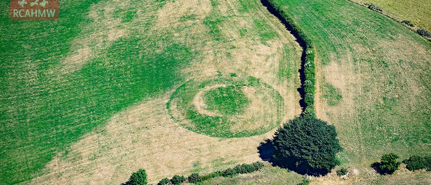 Die Reste des mittelalterlichen Kastells Llwyn Gwinau. Bild: Royal Commission on the Ancient and Historical Monuments of Wales; rcahmw.gov.uk