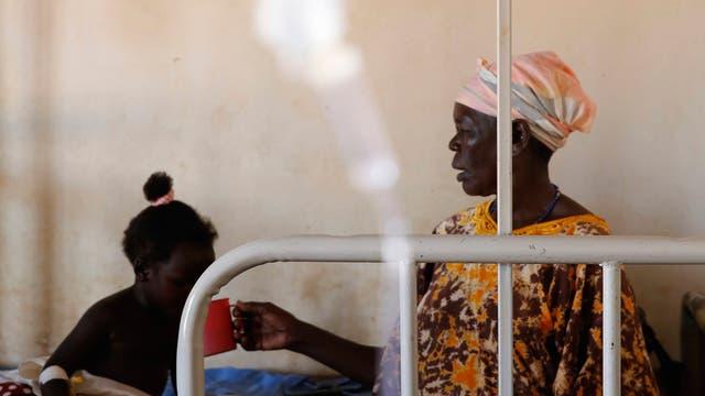 Eine Frau und ein Kind im Gesundheitszentrum Bweyale Medical Center in Uganda