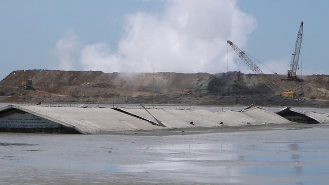 Vom Schlammvulkan Lusi begrabene Fabrik