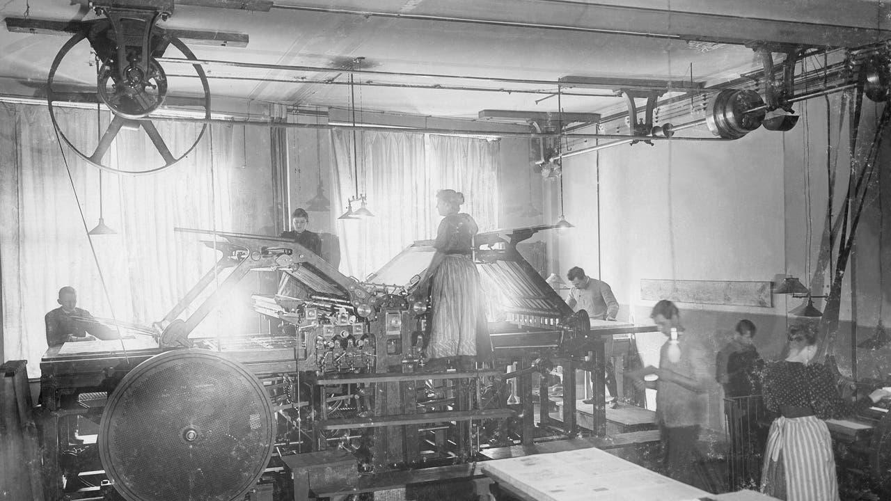 Eine Arbeiterin an einer Schnellpresse im Jahr 1903