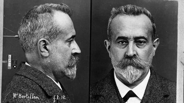 Alphonse Bertillon posiert 1912 für das polizeiliche Erfassungssystem