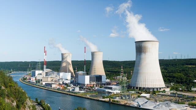 Ein Atomkraftwerk mit Kühltürmen in einer Flussbiegung