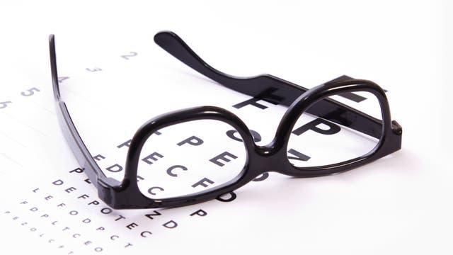 Brille auf Buchstabentafel