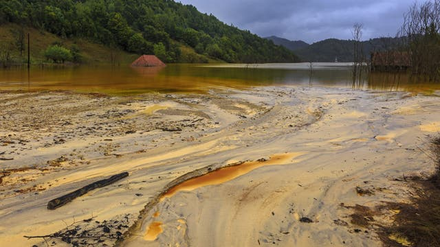 Oberfläche eines mit Mine Tailings verseuchten Gewässers