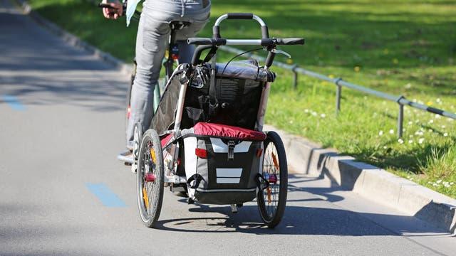 Radfahrer mit Fahrradanhänger