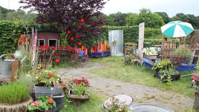 Ein Garten voller Gerümpel. Hübsch. Besonders für Mücken.