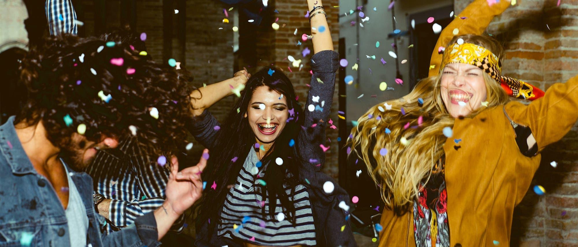 Junge Menschen machen Party