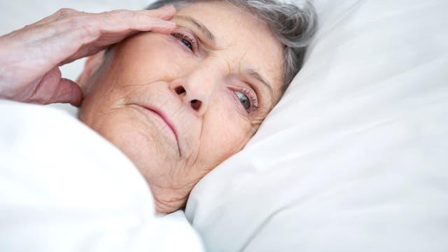 Ältere Frau im Bett