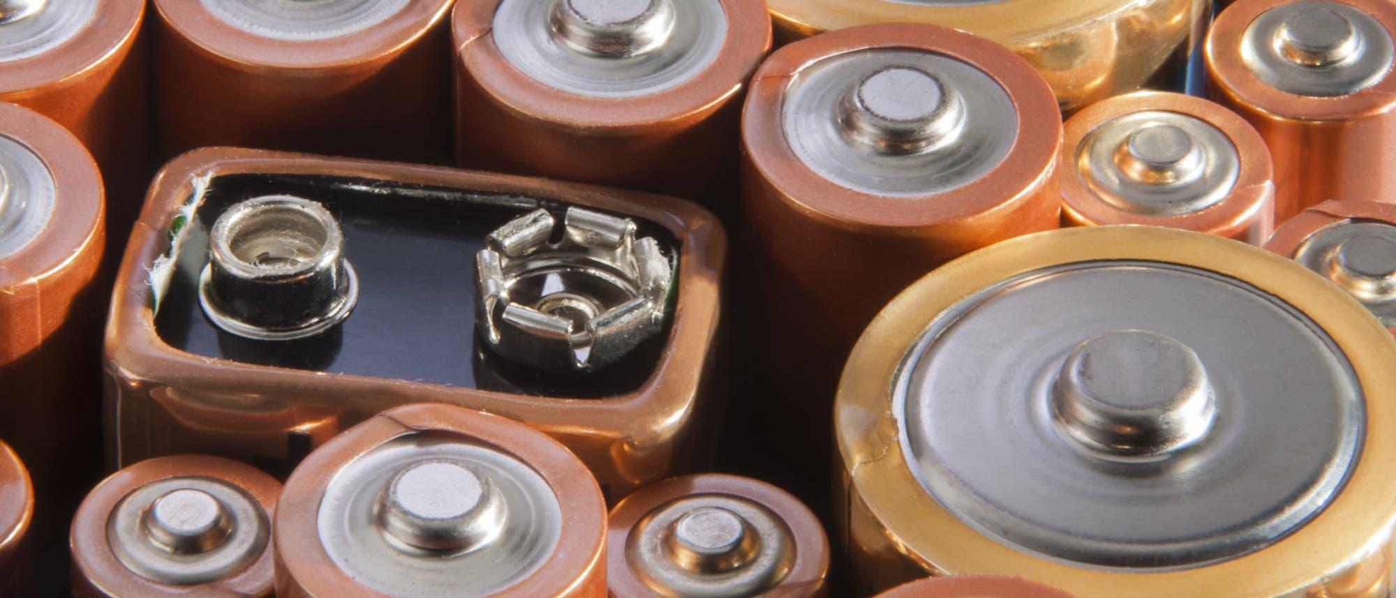 Batterien und Akkus nebeneinander aufgereiht