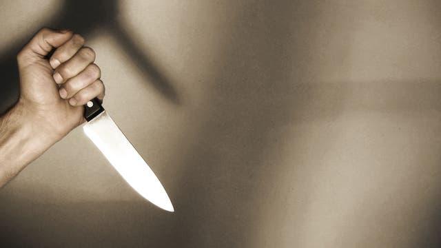 Hand mit Messer bereit zum Mord