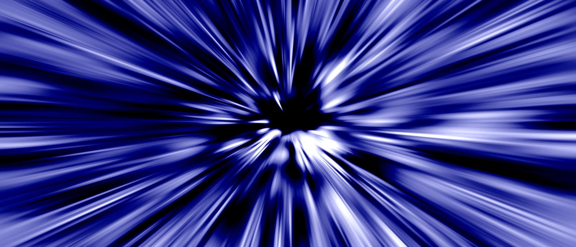 Aufs Bildzentrum zulaufende blaue und weiße Formen, die einen Eindruck von Geschwindigkeit vermitteln.