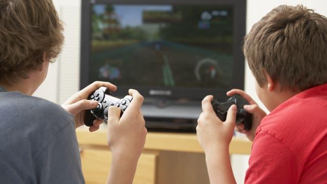 Jungs spielen ein Computerspiel mit Spielekonsole