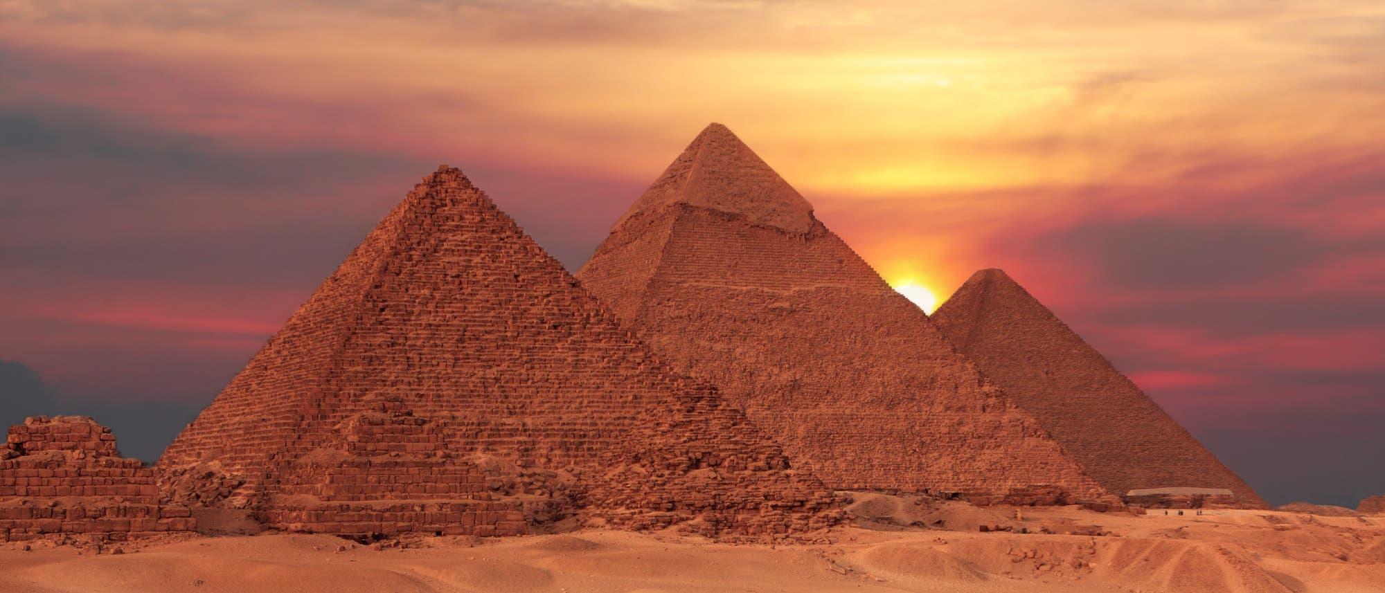 Pyramiden von Giseh vor untergehender Sonne
