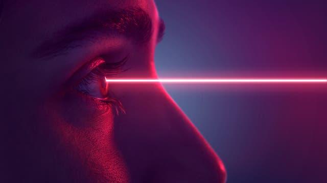 Künstlerische Illustration eines Laserstrahls, der auf ein Auge trifft.