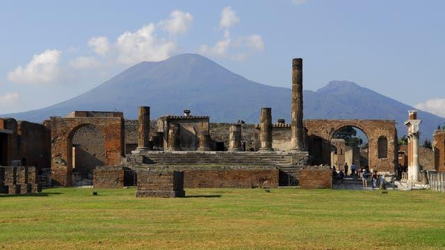 Ruinen von Pompeji mit Vesuv im Hintergrund