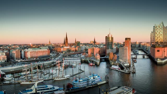 Hamburg, Blick über Sandtorkai, Hafencity, Speicherstadt und Altstadt.