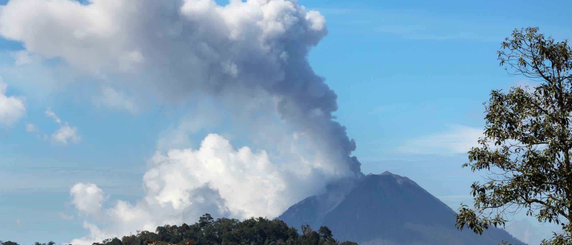Blick auf den Vulkan Sinabung mit Aschewölkchen über dem Gipfel.