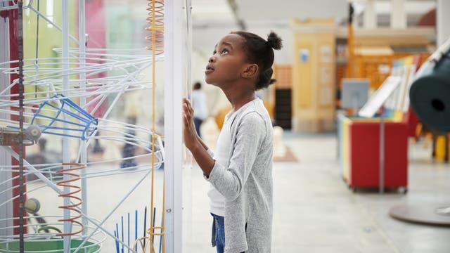 Mädchen in einem Technikmuseum