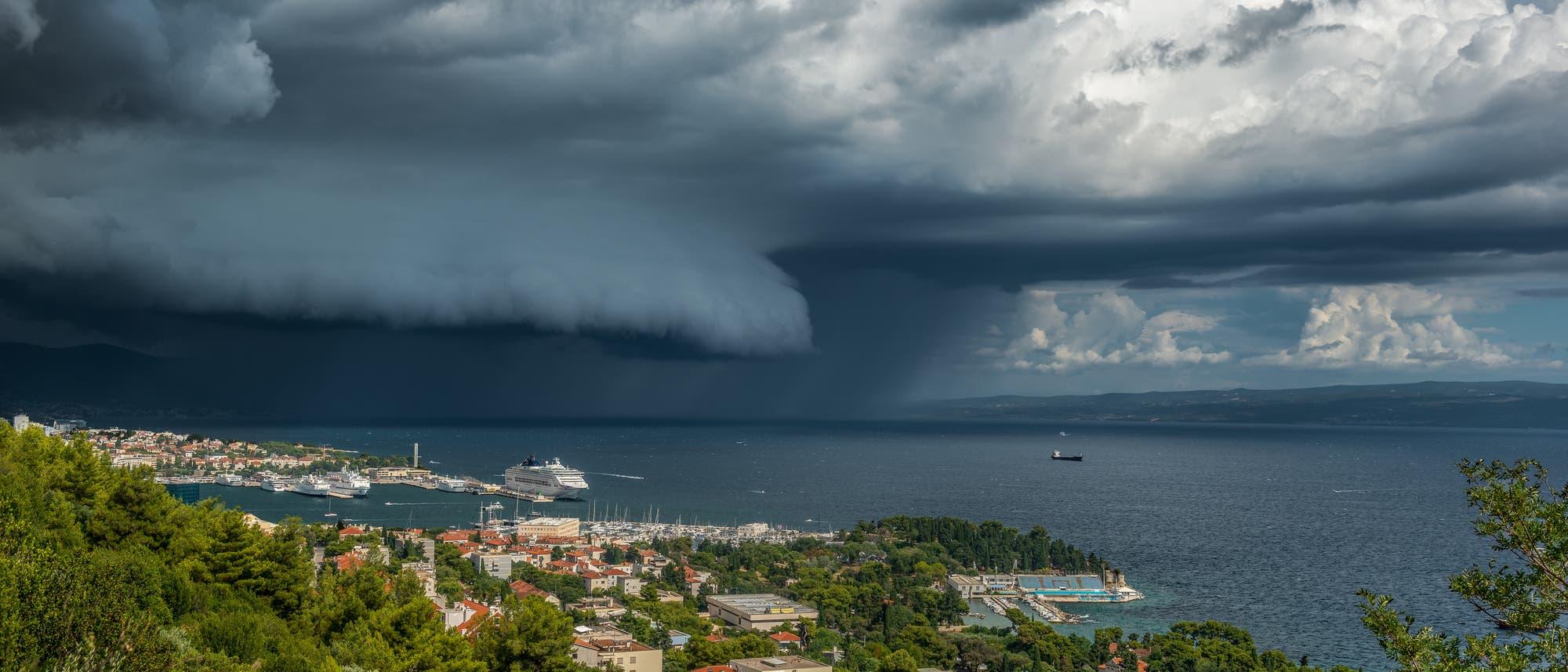 Blick über Split auf die Adria, im Hintergrund dramatische Wolken.
